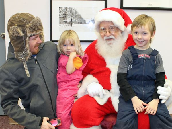 Good crowd braves cold, windy night for Santa Claus Parade in Kincardine